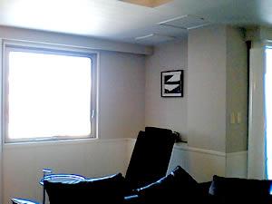 客室に飾られた写真。手前はマッサージチェア。