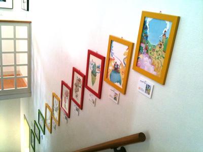 階段のカラフルなギャラリー
